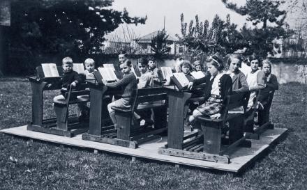 Clases al aire libre, c. 1940. Fuente: www.css.cl